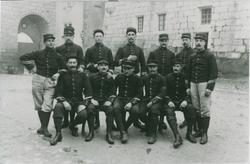 Groupe de militaire du 30e régiment, de la 6ème compagnie posent dans la cour du château transformé en caserne