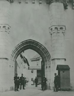 L'entrée du château qui est devenu une caserne.
