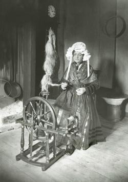 Mannequin en costume de l'Albanais installé dans les salles de folklore du musée à l'hôtel de ville