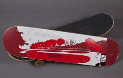 Planche complète de skate avec représentation du bowl des Marquisats à Annecy et stickers usagers
