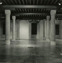 Salle des colonnes du musée-château en 1988.